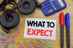 Schreibenstextvertretung zu erwarten was Geschäftskonzept für Achieve Erwartung geschrieben auf klebriges Briefpapier auf dem höl Stockfoto