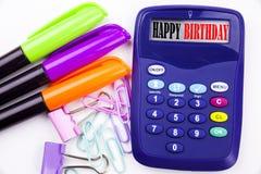 Schreibenswort alles- Gute zum Geburtstagtext im Büro mit Umgebungen wie Markierung, Stiftschreiben auf Taschenrechner Geschäftsk Stockbilder
