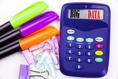 Schreibenswort große Daten simsen im Büro mit Umgebungen wie Markierung, Stiftschreiben auf Taschenrechner Geschäftskonzept für L Stockbilder