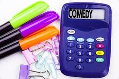 Schreibenswort Komödientext im Büro mit Umgebungen wie Markierung, Stiftschreiben auf Taschenrechner Geschäftskonzept für stehen  Stockfotografie
