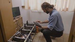 Schreibentastatur des jungen Programmierers unter Verwendung des Software-Datencodes angeschlossen an gpu cryptocurrency Bergbaua stock video