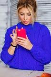 Schreibentextnachricht der Frau auf Smartphone Bild der jungen Frau sitzend an einem Tisch unter Verwendung des Handys lizenzfreie stockbilder