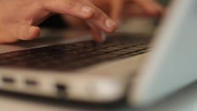 Schreibenvorhänge auf Laptop stock video footage
