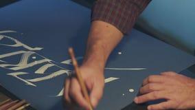 Schreibkünstler schreibt einen Stift Weiße Tinte Die Kunst von Kalligraphie stock footage