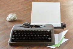 Schreibmaschine auf einer Tabelle mit Briefkopfpapier Lizenzfreies Stockbild