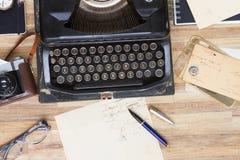 Schreibmaschine auf Tabelle Lizenzfreies Stockbild