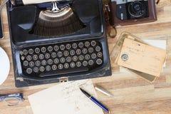 Schreibmaschine auf Tabelle Lizenzfreie Stockfotos