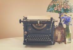 Schreibmaschine auf Tabelle Stockfotos