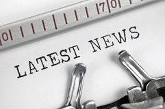 Schreibmaschine führte Schreibentext der Makronahaufnahme späteste Nachrichten, Detailweinlesepresse, Fernsehen, RadioMassenmediu Stockfotos