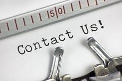 Schreibmaschine führte Schreibentext der Makronahaufnahme in Verbindung treten mit uns, großer Detailweinlese-Kundendienst-Metaph Stockfoto
