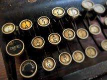 Schreibmaschine hat 1, Q, A, x-Charakter auf gelbem Hintergrund stockfotos