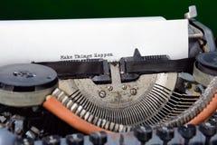 Schreibmaschine lassen Sachen geschehen stockbild