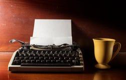 Schreibmaschine mit Kaffeetasse Stockfotos