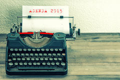 Schreibmaschine mit Weißbuchseite TAGESORDNUNG 2015 Stockfotos