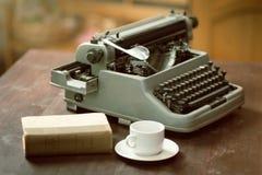 Schreibmaschine, Schale, Buch lizenzfreies stockbild