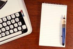 Schreibmaschine und Notizblock Lizenzfreies Stockfoto