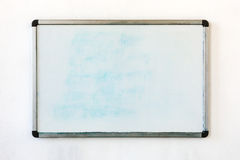 Schreibplatte, die an der alten schmutzigen Wand im Büro hängt Stockbilder