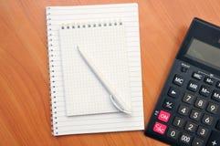 Schreibt in ein Notizbuch herum lizenzfreie stockfotografie