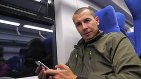 Schreibt unbekannter Smartphone Mann des Reisenden von mittlerem Alter in der U-Bahn dem Social Media-Boten sms Mann im Bahnzug stock video footage