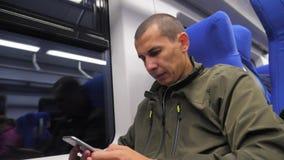 Schreibt unbekannter Smartphone Mann des Reisenden von mittlerem Alter in der U-Bahn dem Social Media-Boten sms Zeitlupevideo Man stock footage