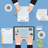 Schreibtisch, der einen Vertragsanalytiker-Blauhintergrund unterzeichnet Lizenzfreie Stockfotografie