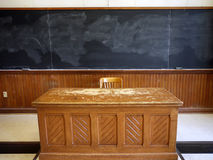 Schreibtisch des alten Lehrers stockfotos