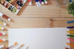 Schreibtisch des Künstlers mit Kopienraum Lizenzfreie Stockfotografie