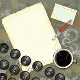 Schreibtisch des Verfassers mit Schreibmaschine und Kaffee Lizenzfreies Stockfoto