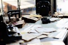 Schreibtisch in einem alten Militärbüro Stockbilder