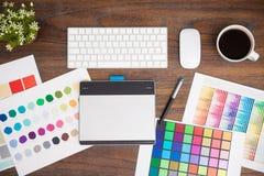 Schreibtisch eines Grafikdesigners Stockbild