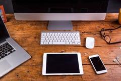 Schreibtisch, Geräte und Bürosachen Flache Lage Hölzerner Hintergrund lizenzfreies stockfoto