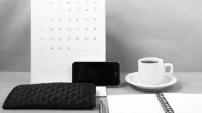 Schreibtisch: Kaffee mit Telefon, Kalender, Notizblock Schwarzweiss Lizenzfreie Stockfotografie