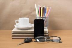 Schreibtisch: Kaffee und Telefon mit Autoschlüssel, Brillen, Stapel von Lizenzfreie Stockfotos