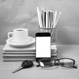 Schreibtisch: Kaffee und Telefon mit Autoschlüssel, Brillen, Stapel von Stockbild