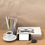 Schreibtisch: Kaffee und Telefon mit Autoschlüssel, Brillen, Stapel von Stockbilder