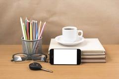 Schreibtisch: Kaffee und Telefon mit Autoschlüssel, Brillen, Stapel von Lizenzfreies Stockfoto