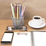 Schreibtisch: Kaffee und Telefon mit Schlüssel, Brillen, Notizblock, Lizenzfreies Stockbild