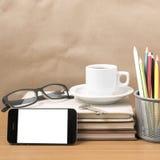 Schreibtisch: Kaffee und Telefon mit Schlüssel, Brillen, Stapel des Buches Lizenzfreie Stockfotos