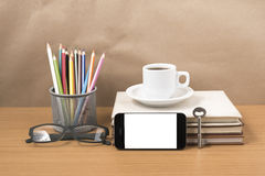 Schreibtisch: Kaffee und Telefon mit Schlüssel, Brillen, Stapel des Buches Lizenzfreie Stockbilder