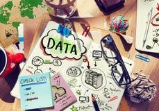 Schreibtisch mit Anmerkungen über Daten und globales Netzwerk Stockfotos