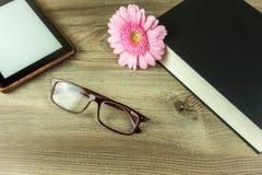 Schreibtisch mit Büchern, ebook Leser stockbilder