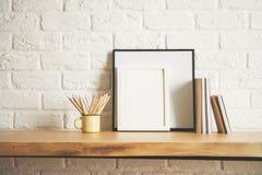 Schreibtisch mit Bilderrahmen und Versorgungen Stockfoto