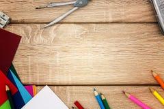 Schreibtisch mit Bleistiftspitzer, Kompass, Skizzenpapier und farbigen Bleistiften Lizenzfreie Stockfotos