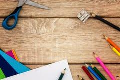 Schreibtisch mit Bleistiftspitzer, Kompass, Skizzenpapier und farbigen Bleistiften Lizenzfreie Stockbilder