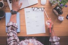 Schreibtisch mit dem Geschäftsmann, der eine Zusammenfassungsform füllt, finden einen Job, anwenden Job online lizenzfreie stockfotografie