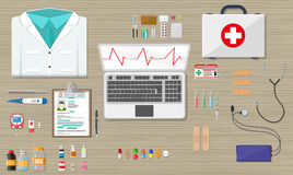 Schreibtisch mit den medizinischer und des Gesundheitswesens Geräten des Laptops, Lizenzfreies Stockbild