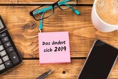 Schreibtisch mit deutschem Text DAS ändert sich 2019? , auf englisch dass, was im Jahre 2019 ändert stockfotos