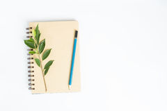 Schreibtisch mit Draufsicht des Notizbuches über weißen Hintergrund, flache Lage Lizenzfreies Stockbild
