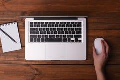 Schreibtisch mit einem Laptop, ein Notizbuch mit einem Bleistift Stockbild