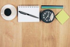 Schreibtisch mit Einzelteile topview Lizenzfreie Stockbilder
